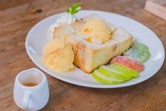 Frutta mista e Honey Toast con il gelato Immagini Stock Libere da Diritti