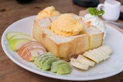 Frutta mista e Honey Toast con il gelato Fotografie Stock