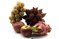 Frutta mista sulla frutta tailandese isolata e mista bianca del fondo e su Apple fotografie stock