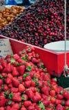 Frutta Mixed da vendere al servizio di via fotografie stock libere da diritti