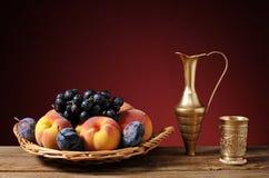 Frutta nel vimine del canestro Immagine Stock