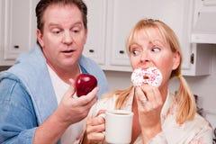 Frutta o ciambella - decisione sana di cibo fotografia stock libera da diritti