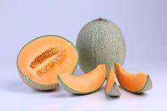 Frutta organica del melone del cantalupo isolata su fondo bianco Fotografie Stock