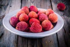 Frutta organica fresca del litchi in una ciotola su fondo di legno Fotografia Stock Libera da Diritti