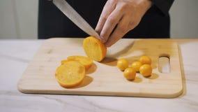 Frutta Primo piano di taglio della frutta fresca al bordo di legno archivi video