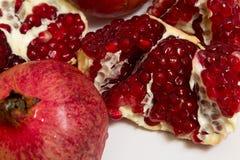 Frutta purificata del melograno su un fondo bianco Immagine Stock