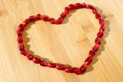 Frutta rossa del melograno Alimento vegetariano maturo Cuore fotografia stock libera da diritti