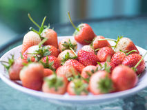 Frutta rossa e bianca naturale matura fresca della fragola, su tabl di vetro Fotografie Stock Libere da Diritti