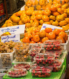 Frutta in scaffali fotografie stock