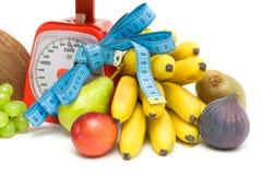 Frutta, scale della cucina ed alto vicino di misurazione del nastro. backgro bianco Immagine Stock Libera da Diritti