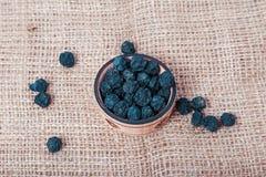 Frutta secca e bacche su fondo di licenziamento Fotografie Stock Libere da Diritti