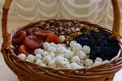 Frutta secca nel canestro della paglia Immagini Stock