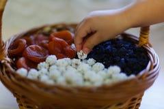 Frutta secca nel canestro della paglia Fotografia Stock