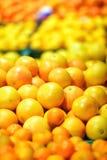 Frutta spagnola fresca delle arance sulla stalla del mercato Fotografia Stock