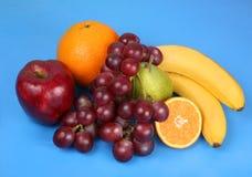 Frutta su un azzurro Immagine Stock