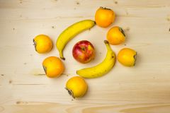 Frutta su un bordo di legno Fotografia Stock
