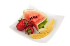 Frutta su un piatto con il percorso di residuo della potatura meccanica Fotografia Stock
