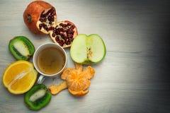 Frutta su una tavola di legno Immagini Stock