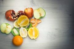 Frutta su una tavola di legno Fotografia Stock Libera da Diritti