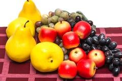 Frutta su una tovaglia rossa Immagine Stock Libera da Diritti