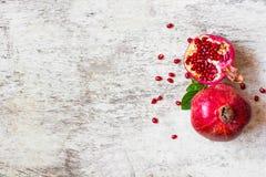 Frutta succosa matura del melograno su fondo rustico di legno bianco fotografia stock libera da diritti