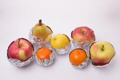 Frutta succosa, pera gialla, mela, limone e wra arancio dei mandarini Immagini Stock