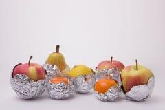 Frutta succosa, pera gialla, mela, limone e wra arancio dei mandarini Fotografia Stock