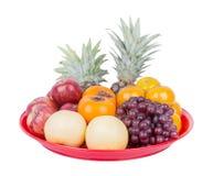 Frutta sul vassoio isolato su fondo bianco Fotografia Stock Libera da Diritti