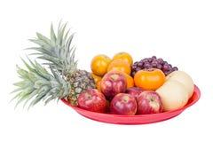 Frutta sul vassoio isolato su fondo bianco Immagini Stock