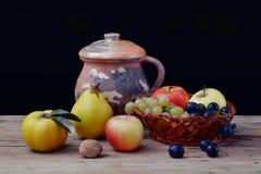 Frutta sulla tabella Fotografia Stock Libera da Diritti