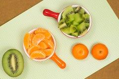 Frutta sulla tabella Mandarini e kiwi Fotografie Stock Libere da Diritti