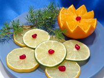 Frutta sulla zolla blu Fotografie Stock