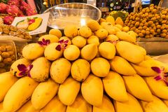 Frutta tailandese del mango nel mercato di notte thailand fotografie stock