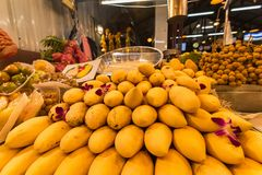 Frutta tailandese del mango nel mercato di notte thailand immagini stock