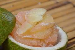 Frutta tailandese del pomelo su bambù Immagini Stock Libere da Diritti