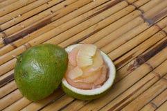 Frutta tailandese del pomelo su bambù Immagine Stock