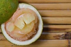 Frutta tailandese del pomelo su bambù Fotografia Stock