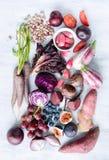 Frutta tonificata porpora assortita e verdure come collezione Immagini Stock