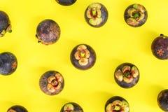 Frutta tropicale di Mangostin sulla cima antiossidante gialla immagini stock