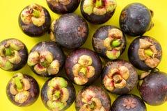 Frutta tropicale di Mangostin sulla cima antiossidante gialla fotografia stock