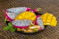 Frutta tropicale fresca in piatto - prima colazione sana, concetto di perdita di peso thailand fotografie stock