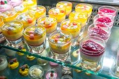 Frutta tropicale mista e budino del yogurt delle bacche, dessert sulla barra Fotografia Stock