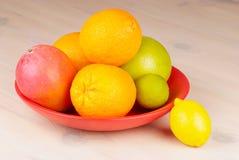 Frutta tropicale in una ciotola immagine stock