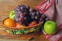 Frutta in un canestro di vimini Immagini Stock