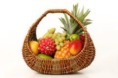 Frutta in un cestino di vimini Immagini Stock