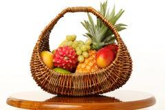 Frutta in un cestino di vimini Fotografia Stock Libera da Diritti