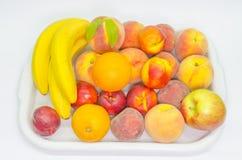 Frutta in un vassoio su bianco fotografia stock