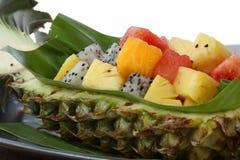 Frutta in una ciotola fatta dall'ananas. Immagine Stock