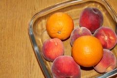 Frutta in una lastra di vetro Fotografie Stock Libere da Diritti