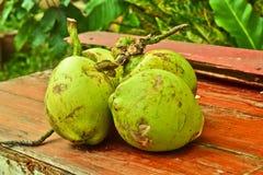 Frutta verde della noce di cocco su vecchia struttura di legno Fotografie Stock Libere da Diritti